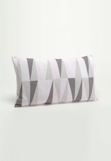 Perna decorativa alb si gri cu model grafic Living de la Amadeus