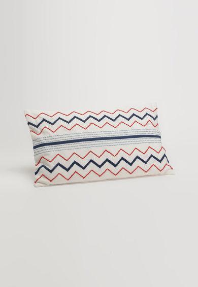 Perna decorativa alb si bleumarin cu broderie in zigzag de la Amadeus