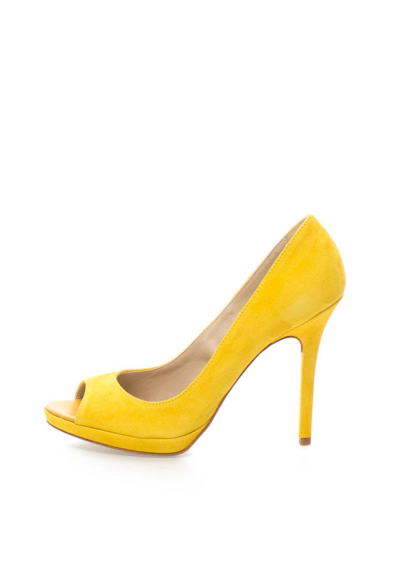 Pantofi galbeni de piele intoarsa si cu varf decupat de la Zee Lane Collection
