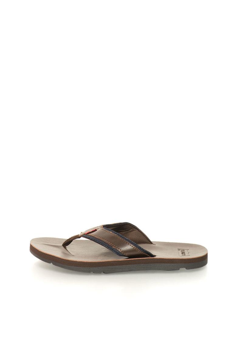 Papuci flip-flop maro inchis cu garnituri de deni de la Levis