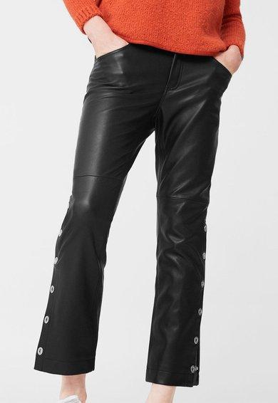 Pantaloni crop negri cu aspect peliculizat Moto de la MANGO